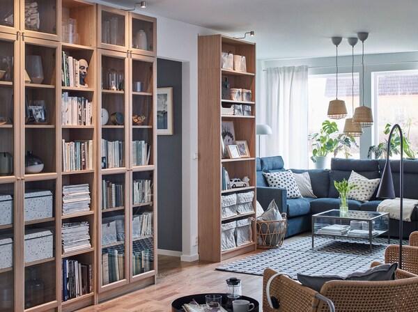 Tavoittele taivaita ja ota huonekorkeus hyvään käyttöön räätälöitävillä ruskeilla IKEA BILLY OXBERG kirjahyllyillä ja vitriinikaapeilla.