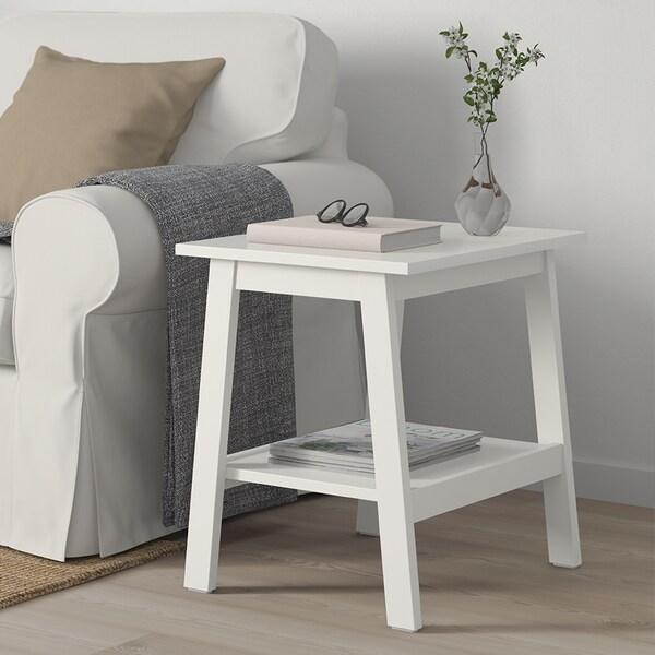 Tavolino bianco da soggiorno.