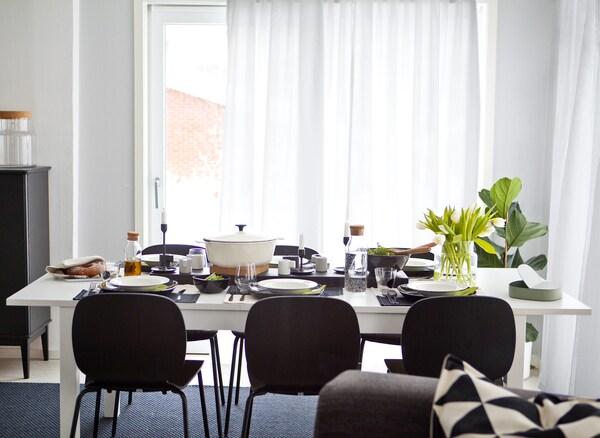 Tavolo e sedie in bianco e nero – IKEA