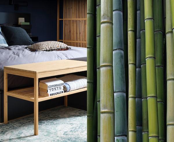 Tavolo in bambù di fianco a una serie di canne di bambù in diverse sfumature di verde – IKEA