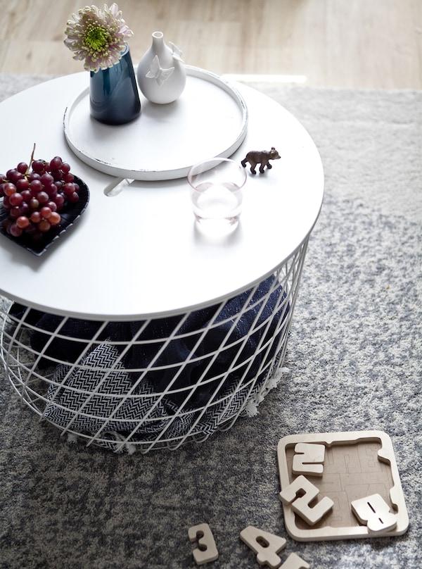 طاولة قهوة مع بطانيات مخزّنة داخلها.