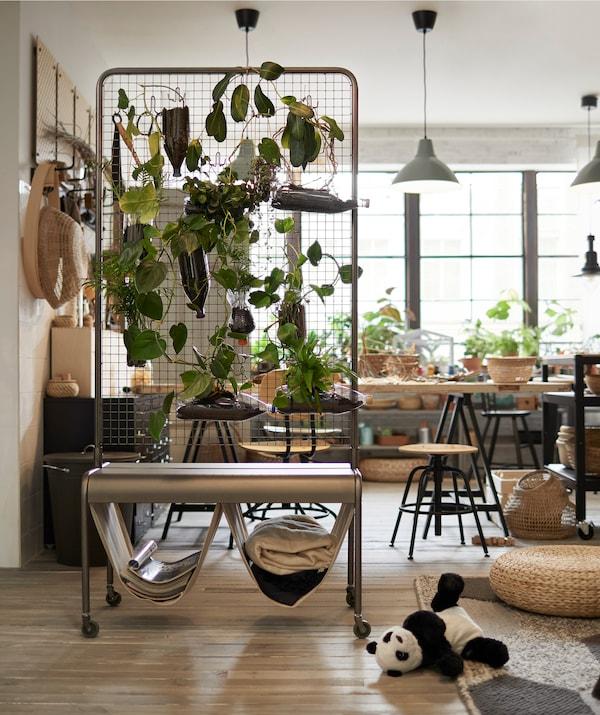 Teile den vorhandenen Raum mit einem Raumteiler in verschiedene Bereiche, z. B. mit IKEA VEBERÖD Raumteiler in Naturfarben mit Drahtnetz aus Stahl.