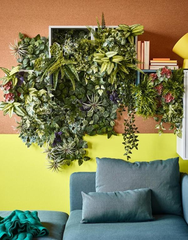 Tekokasvit ja tekokukat pelastavat, jos asunnossasi ei ole paljon luonnonvaloa. IKEA FEJKA tekokasvi saniainen sopii sisä- ja ulkokäyttöön ja sen lehdet on helppo pyyhkiä puhtaaksi.