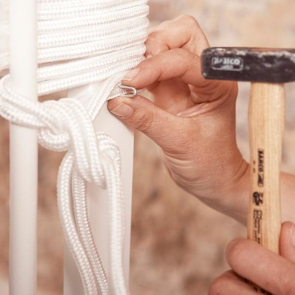 Terminez en attachant la corde au moyen d'un petit crampon.