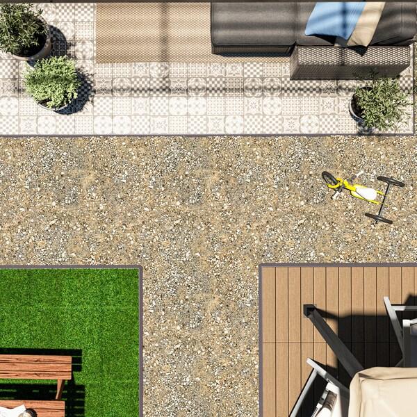 Terrass med olika typer av utegolv, inklusive MÄLLSTEN trall med växter och en fåtölj.