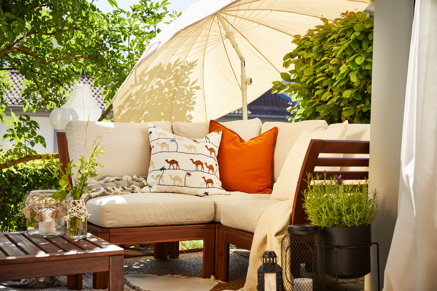 Terrasse ensoleillée avec salon de jardin en bois