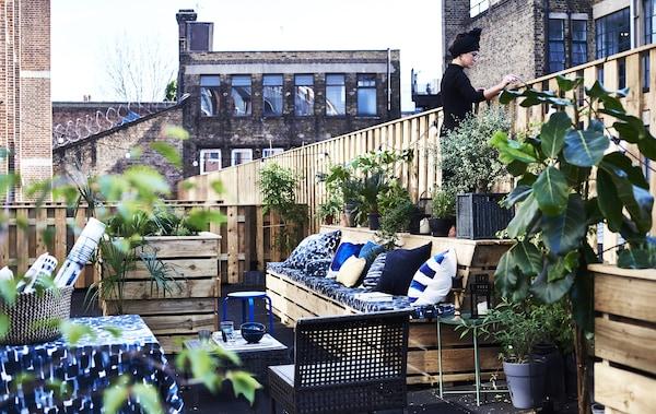 Terrasse extérieure avec textiles.