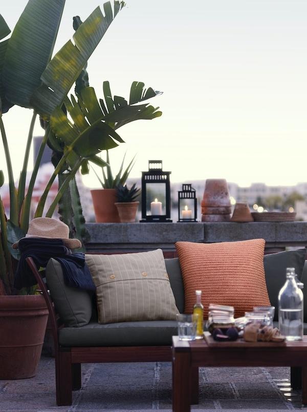 Terraza pequeña con sofá y mesa para invitar amigos