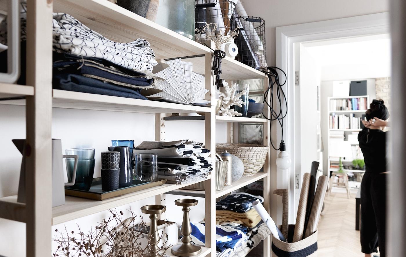 Textilien, Geschirr & andere Accessoires in einer großen, offenen Aufbewahrung aus Holz