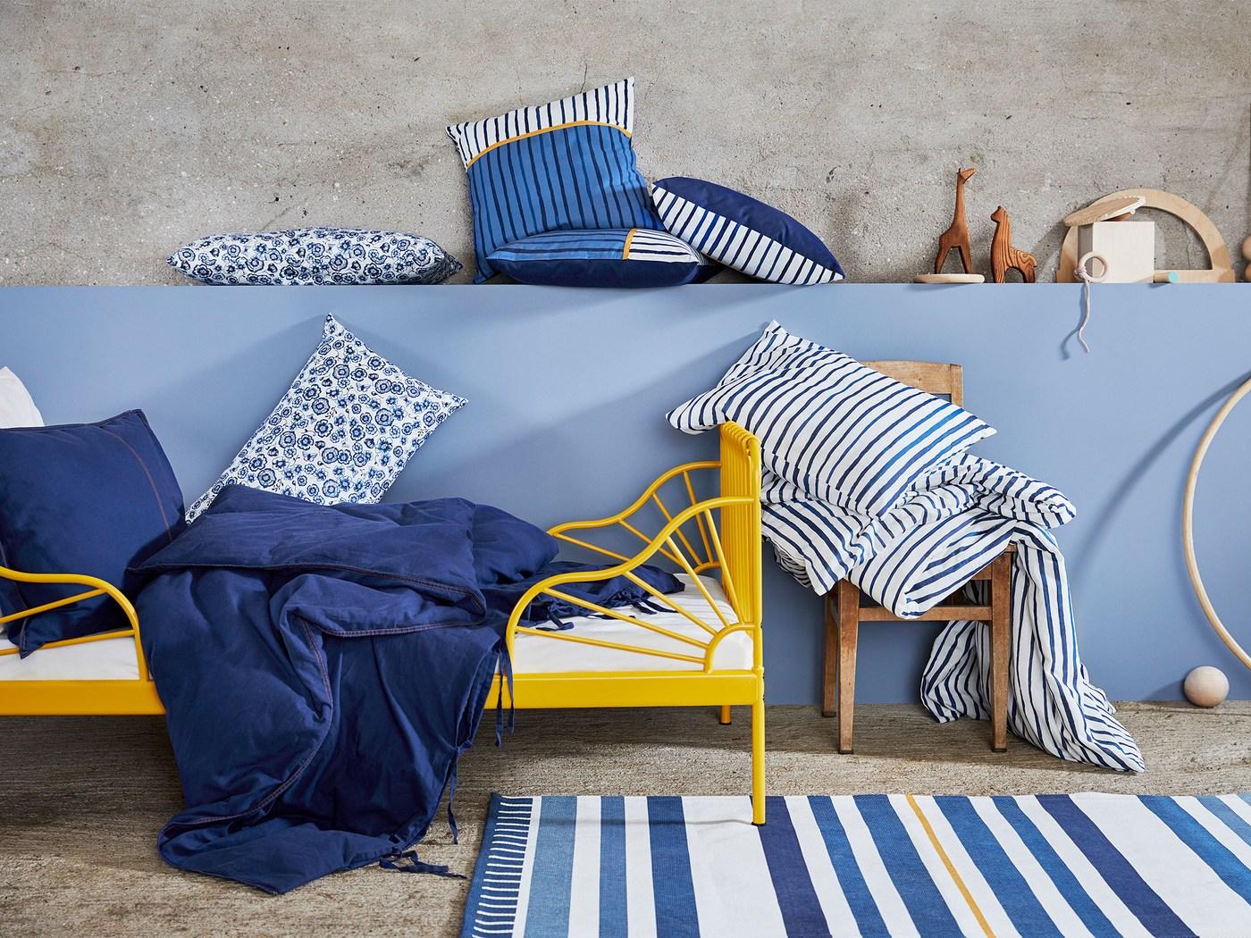 Textilní kolekce SÅNGLÄRKA – povlaky na polštáře a povlečení v květinových a proužkovaných vzorech