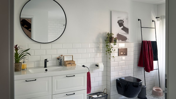 The 100-year-old house is characterised by spacious, high-ceilinged rooms. This is also true in the shower, where daylight creates a pleasant atmosphere.