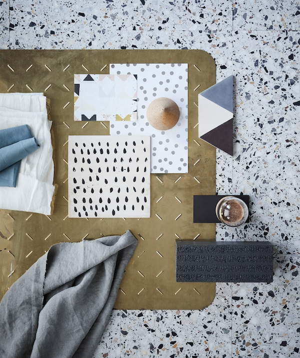 The end-of-summer look is characterised by organic textures and graphic patterns. Here a mix of simple patterns with dots and blocks on paper and tiles, as well as notes of textiles, glass and brass.