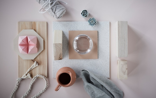 The end-of-summer look is characterized by soft pastels, natural materials and minimalistic lines, like in this collage of light wood, textile fibers and ceramics.