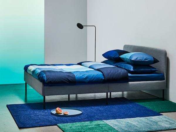 سرير SLATTUM رمادي منجّد مع لوح رأس مبطّن لمنحك المزيد من الراحة.