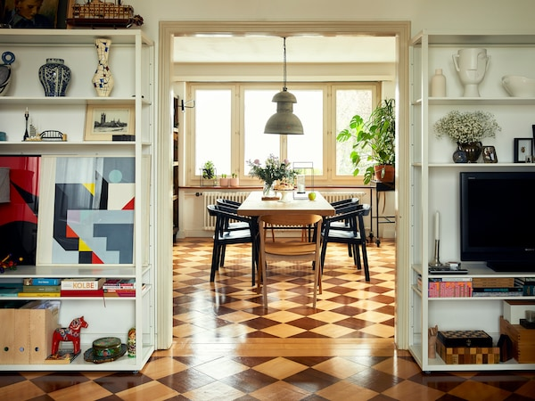 The old parquet floor with a special pattern is the centrepiece of the living and dining area. Piotr and Dominika fell in love with it right away.