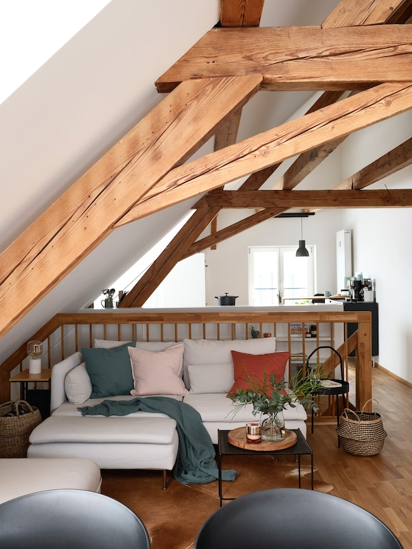 The old wooden beams and the sloping roof give the upper floor of the apartment a homely charm.