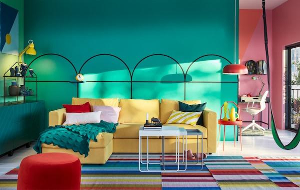 كنبة VIMLE الصفراء في غرفة جلوس ذات ألوان مشرقة.