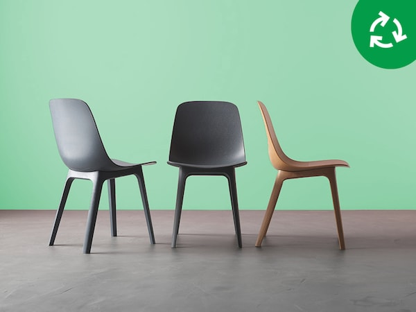 Three chairs are side by side, along a symbol for circularity.