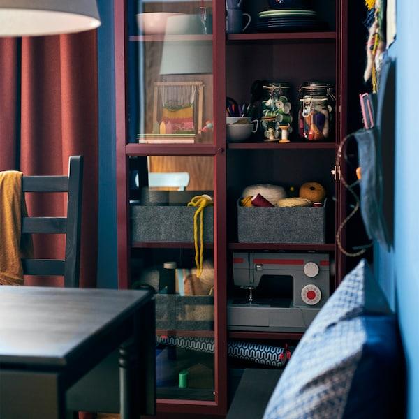 Tieni in vista e al riparo dalla polvere i tuoi oggetti preferiti. Prova la classica libreria BILLY rosso scuro con due ante a vetro di IKEA