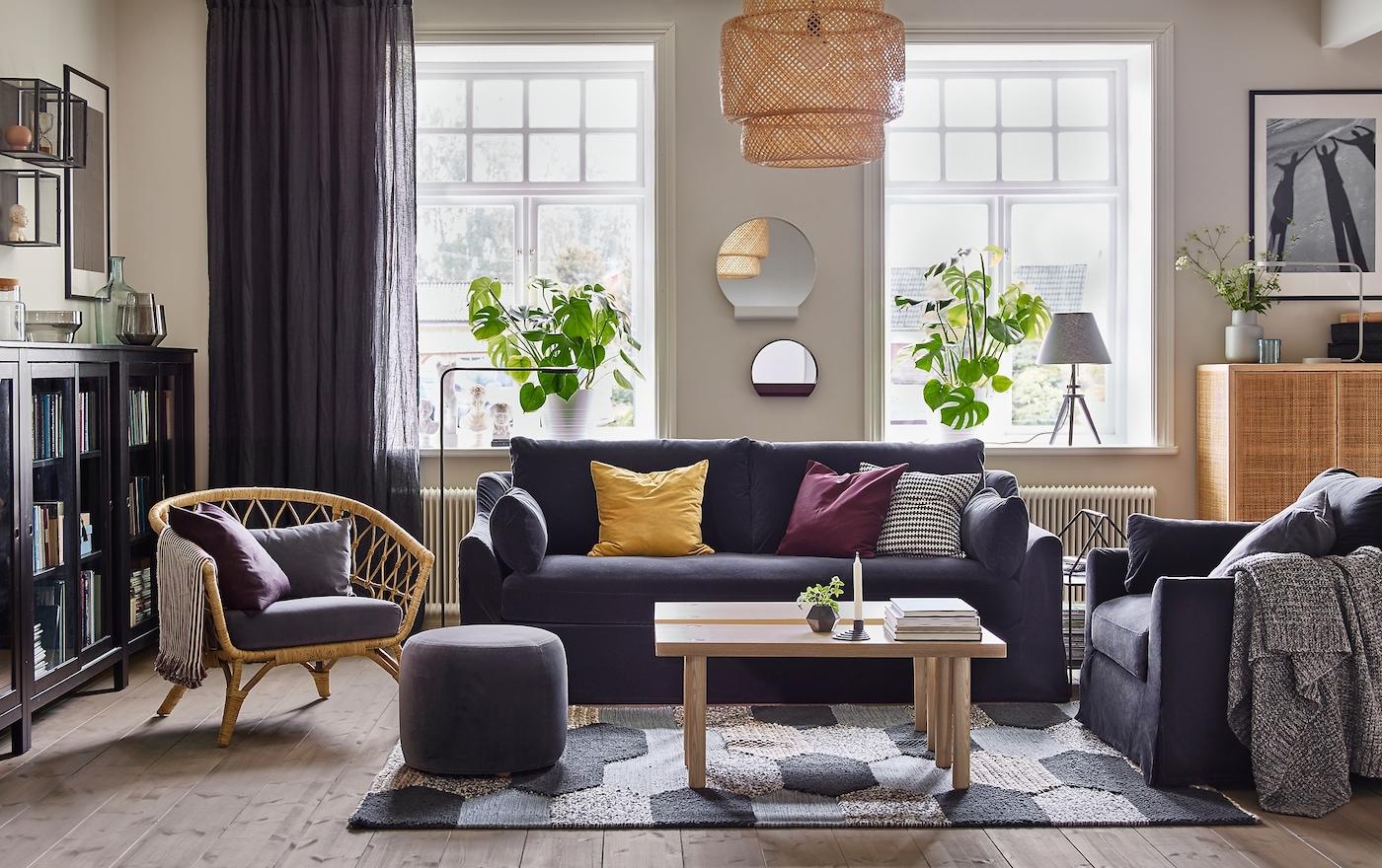 Tilava ja mukava IKEA FÄRLÖV-sohva ja -lepotuoli tummanharmaalla Djuparp-päällisellä on beigen ja harmaan olohuoneen keskipiste.