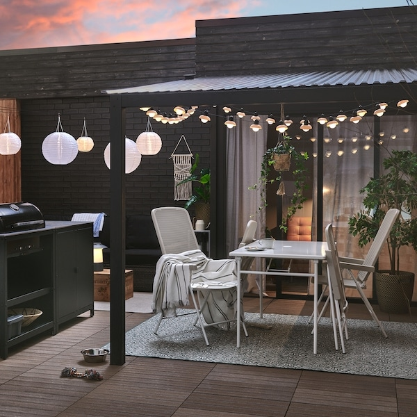 Tips for creating an outdoor entertaining space.
