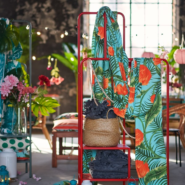 Tips on decorating a summer wedding and giving it a tropical theme with colourful fabrics, artificial flowers and more.