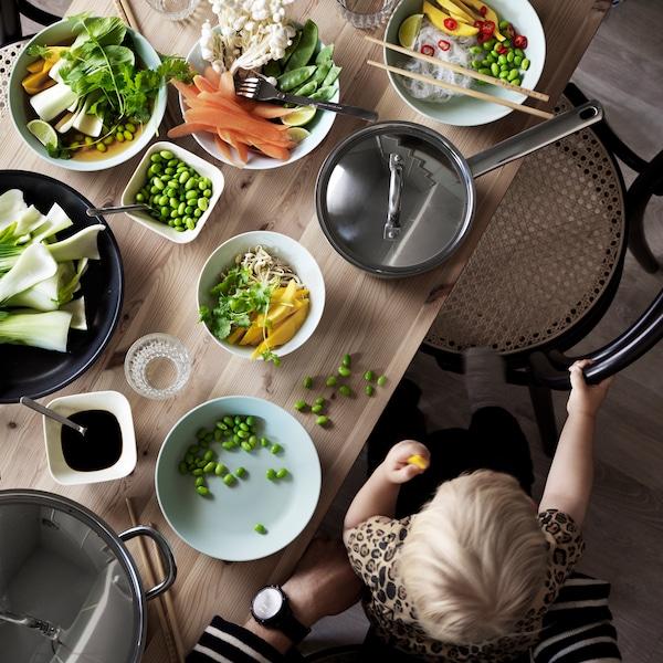 Tips til, hvordan du giver din baby mad – og selv får noget at spise.