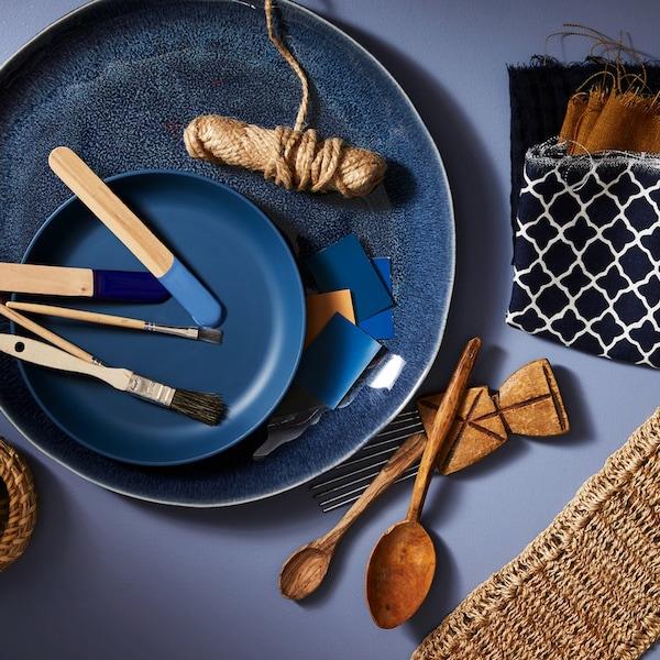 Tipy, jak kouzlit sdoplňky, jako je ložní prádlo aosvětlení, abyste ložnici dali nový styl, ale přitom nemuseli měnit nábytek.