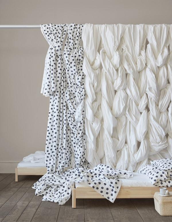 Tissus à motif et uni drapés au-dessus d'une tringle à rideau.