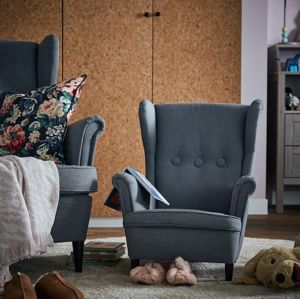 Tmavosivé klasické kreslo IKEA STRANDMON vo veľkosti pre dospelých aj pre deti.