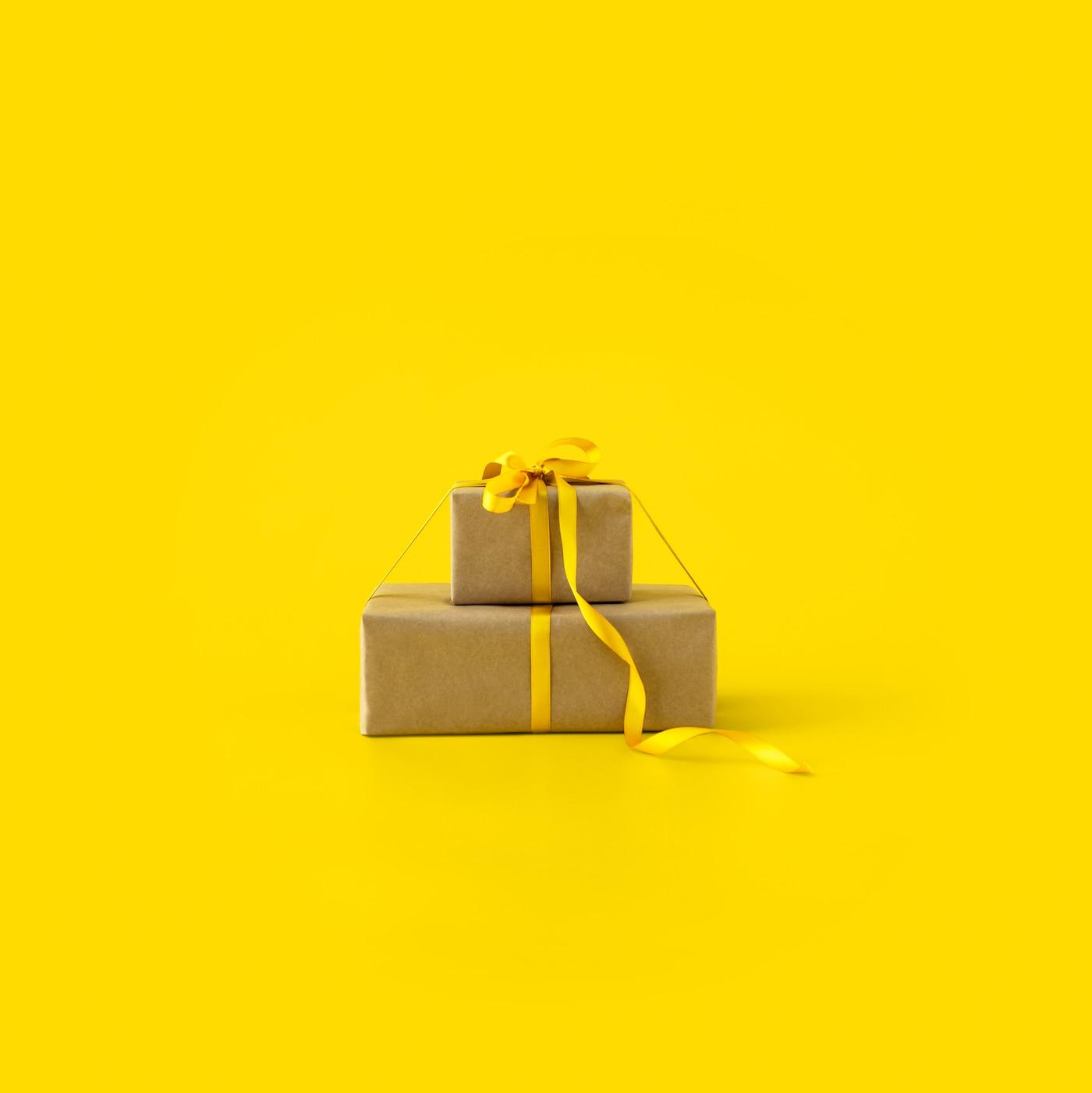 To gaver med gule bånd på en gul baggrund