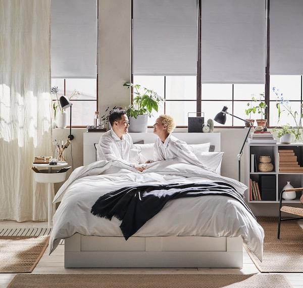 To mennesker nyder morgenstunden i deres seng