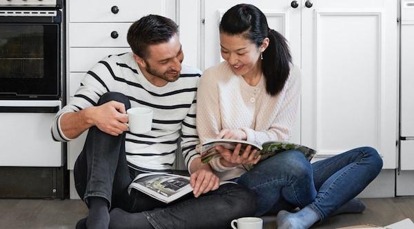 To personer, der kigger i IKEA Kataloget sammen