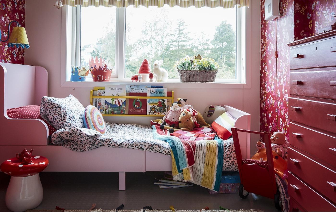 赤色と模様で彩られた子ども部屋。