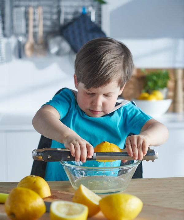 調理用トングをレバーとして使えば、手間をかけずにレモン汁が絞れます。