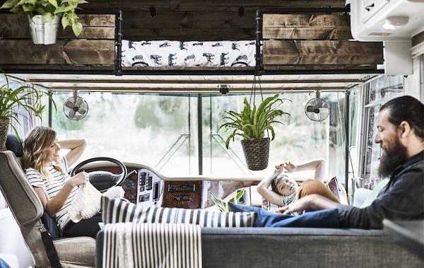 Toni, Karlton und ihr Sohn David im vorderen Bereich ihres Wohnmobils, u. a. mit URSKOG Bettwäsche.