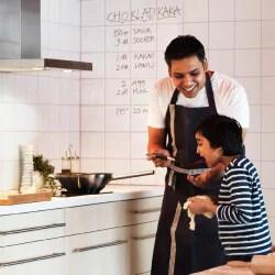 息子と一緒にキッチンで料理する父親