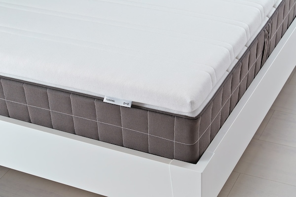 Тонкий матрас делает спальное место более комфортным.