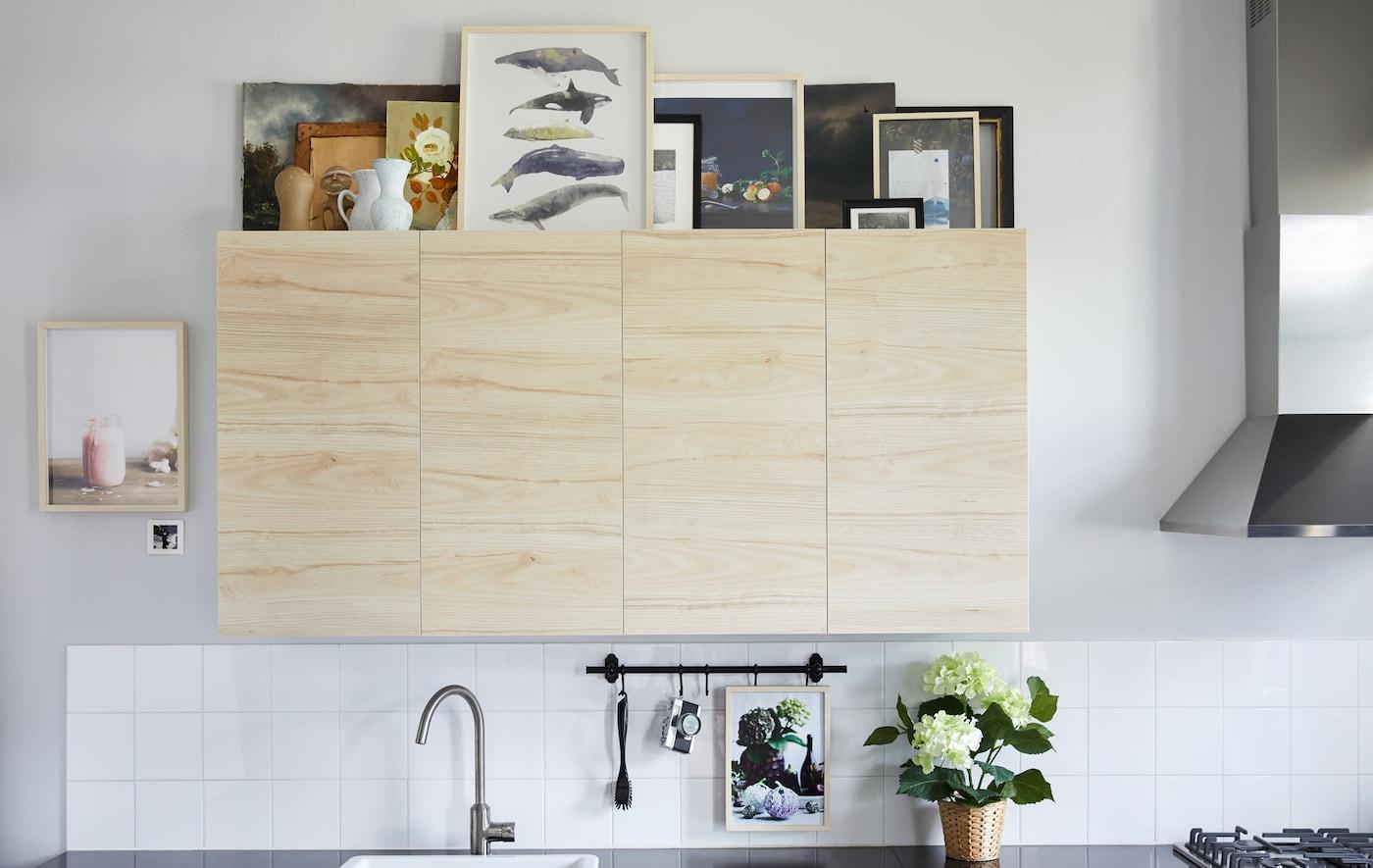تقدم ايكيا أفكارًا لأسطح خزائن المطبخ لتبدو أشبه بالمعرض الفني. اختر شكل أو شكلين نهائيين للإطارات لمظهر مفعم بالهدوء، مثل إطار HOVSTA العصري من خشب البتولا. استخدم أحجامًا مختلفة لإضفاء التميز واختر القطع التي يسهل رؤيتها عن بُعد.