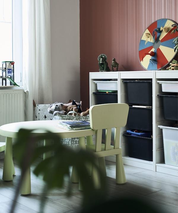 طقم طاولة أطفال وكراسي باللون الأخضر ووحدة تخزين مع أدراج.