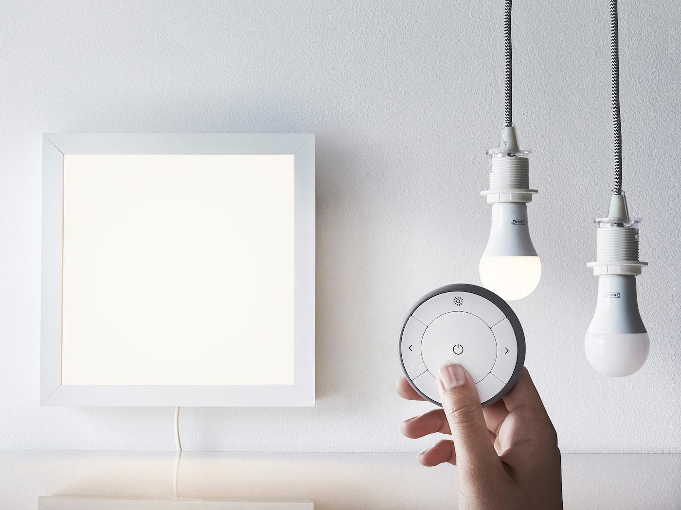 TRÅDFRI fjernbetjening med et lyspanel og 2 pærer.