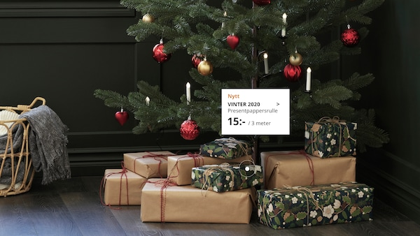 Traditionellt pyntad julgran med julklappar under.