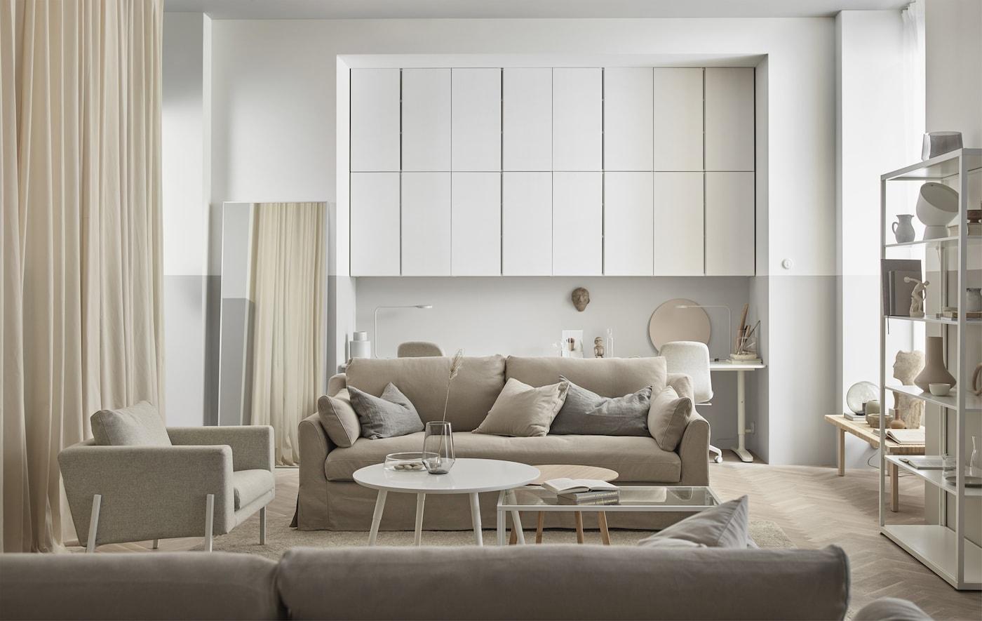 Træ, bløde hvide nuancer og glas får stuen til at føles afslappende og naturlig.