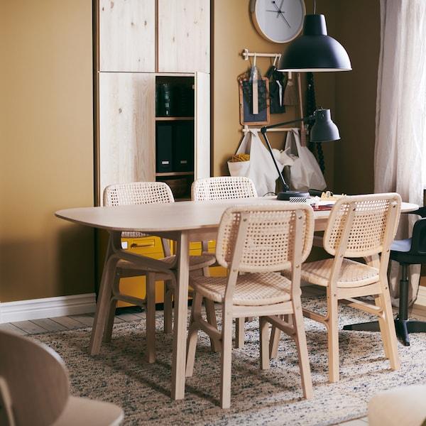 Træd ind i et hjem, der er indrettet med omtanke og i en enkel stil til livet med en nyfødt.