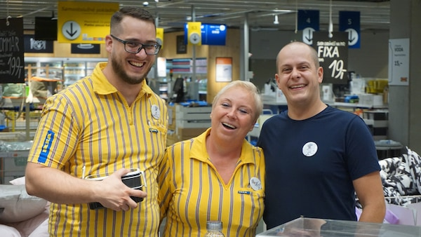 Traja pracovníci IKEAv uniformách.