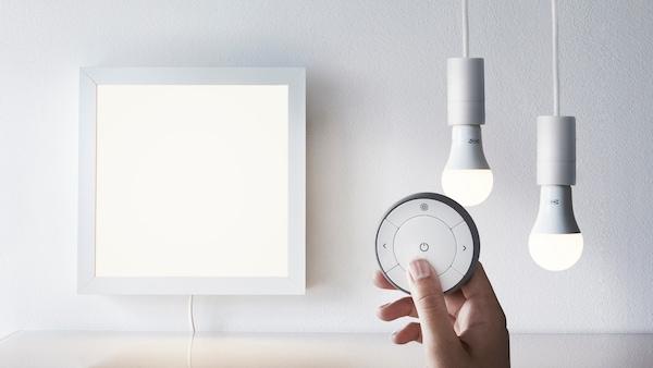 TRÅDFRI/トロードフリのスマートリモコンと、照明パネル、電球2つ。