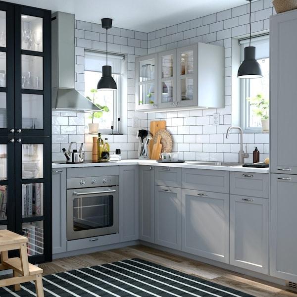 Trdycyjn kuchnia z szarymi frontami LERHYTTAN i dwoma oknami.
