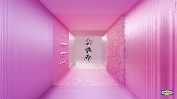 Tre sorte KNARREVIK sengeborde balancerer på et ben på hinandens hjørner for enden af en pink gang med forskellige strukturer på væggene.