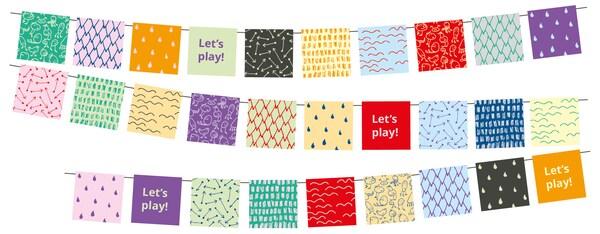 Trei rânduri de ghirlande multicolore pentru petrecere și invitația la joacă Let's play! expusă în diferite locuri.