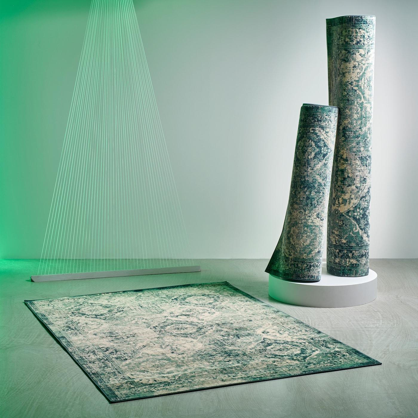 Tres alfombras VONSBÄK de IKEA de aspecto retro desgastado con un patrón oriental en tonos verdes.